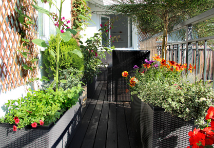 People surrounded by nature and gardens are healthier and happier than those surrounded by lots of concrete and asphalt. (Photo  © Tanouchka – Fotolia.com)