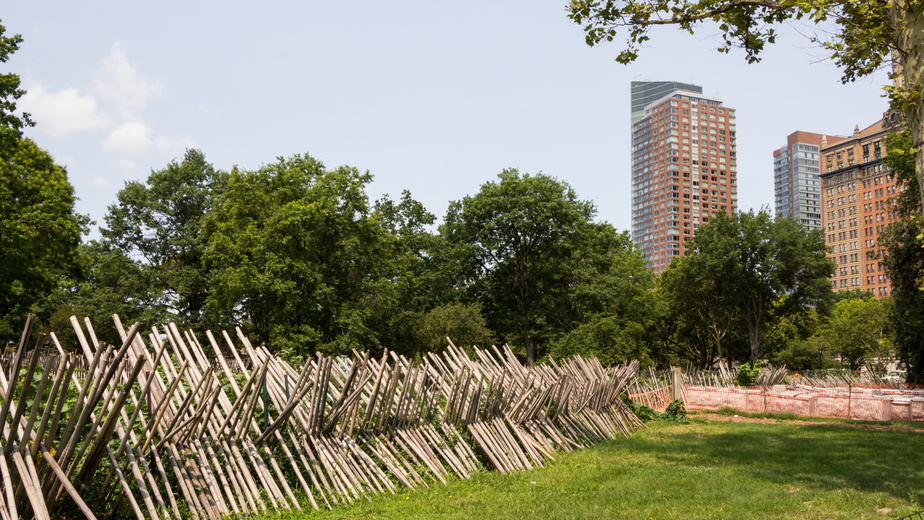 This New York City urban garden takes advantage of natural boundaries and recycled materials.